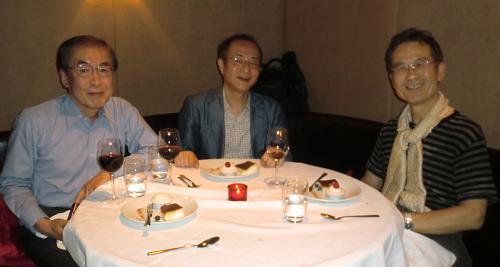 2013年6月、柳田充弘先生(右)、山本正幸先生(左)とともにロンドンのレストランにて。