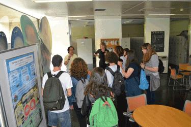 広島大学総合博物館分館でエチゼンクラゲの展示を見入る