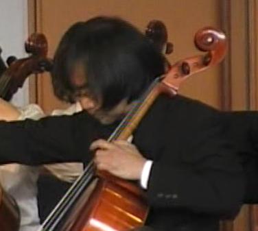チェロを演奏する筆者