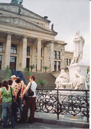 ベルリンのオペラ劇場とシラーの像
