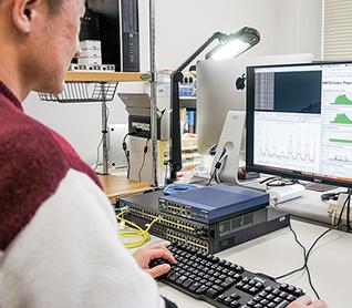 ネットワーク機器から取得した情報を可視化・解析して障害を検知しています