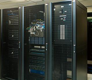 大学のネットワークや情報システムを支えるサーバールーム