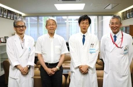 東教授、木原診療科長、岸本助教、木内病院長(左から)