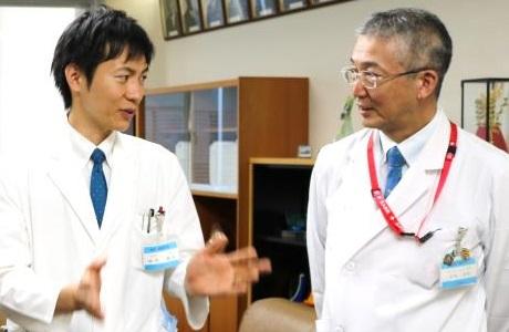 木内病院長に報告を行う岸本助教