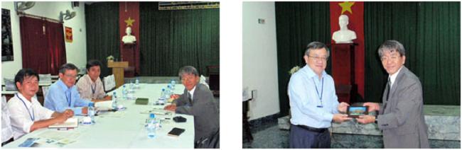 左:国際部での打ち合わせ 右:生物圏科学研究科からノンラム大学への記念品の贈呈