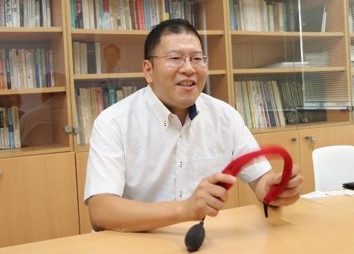 「軽くて電源不要なので、スポーツには最適」と栗田教授
