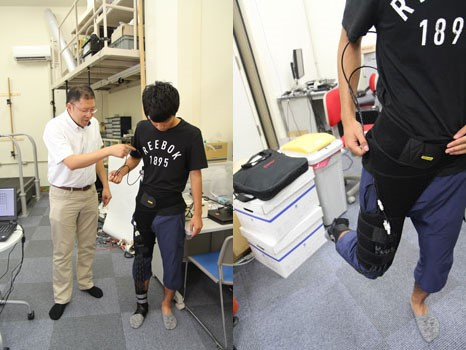 研究室内には、蹴ったボールのスピードが測れる機械も。入れる空気の量を調整しながら、改良を続けています