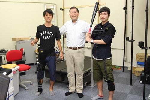 ゼミ生の石橋さん(左)、迫田さん(右)と。 教授と学生の距離が近く、取材中も楽しい掛け合いが見られました
