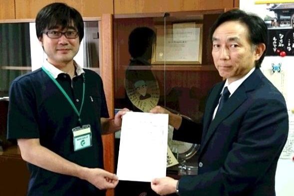 谷川福島県立医科大学副理事長から辞令を受ける岸川講師