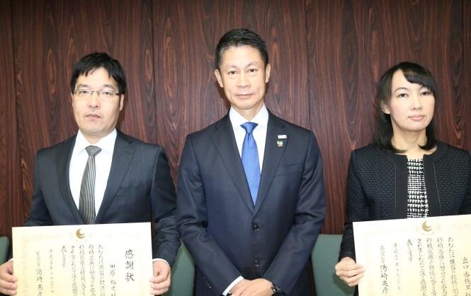 田原医師、湯﨑知事、出口医師(左から)