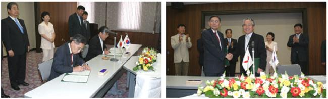 左:協定書にサインするKoh Choong Suk総長(奥)と牟田泰三広島大学長(手前) 右:協定書を交換し握手するKoh総長と牟田学長