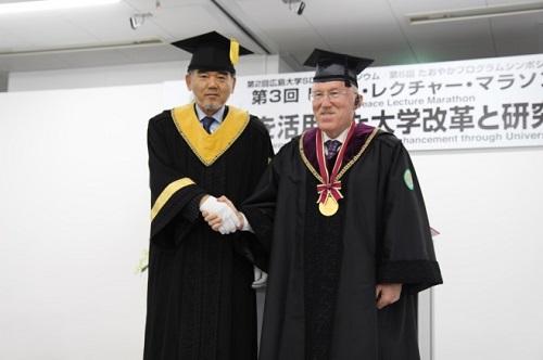 为授予名誉博士称号而握手的越智学长和Merchan先生