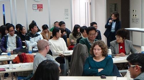 国際セミナーで留学生にフィードバックする学生