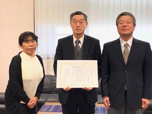 半導体専門実践講座の事務を担当し、授賞グループを長く支えてきた 遠部光子室員と横山教授、加藤研究科長