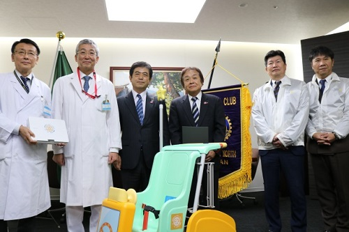 三保会長(左から3人目)木内病院長(左から2人目)