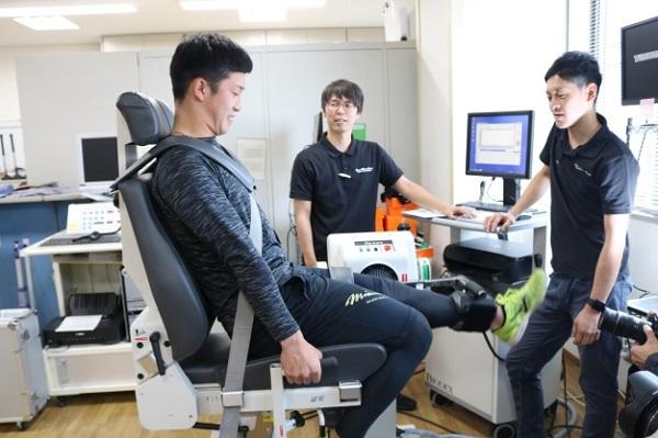 小園選手の脚の筋力測定