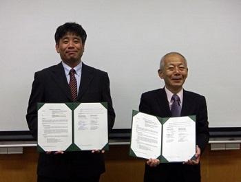 国際交流協定書を手にする大場真人教授(左)と植松一眞生物圏科学研究科長(右)