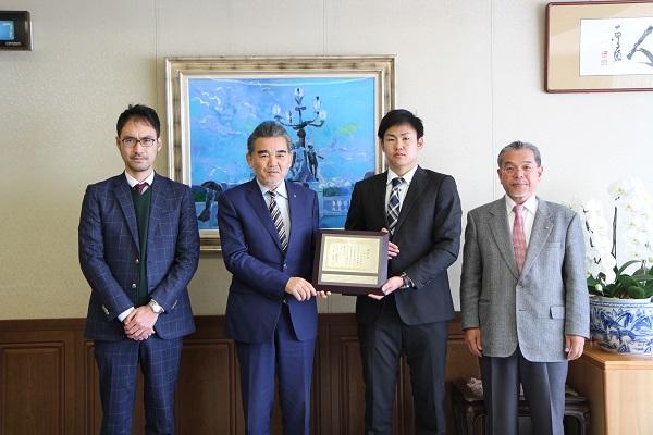 左から、手塚貴大 硬式野球部長(社会科学研究科教授)、越智学長、中田さん、古澤副学長