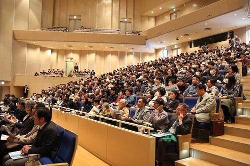 会場を埋め尽くした参加者は、天野氏の体験談に聞き入った