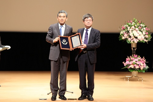 Professor Amano receiving the Commemorative Shield of the Honorary Distinguished Professor