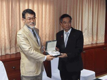 記念品を手にする長澤副研究科長(左)と Poonpipope Kasemsap 国際担当副学長