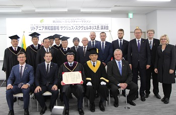 Foto conmemorativa después de la ceremonia de entrega del título de Doctor Honoris Causa