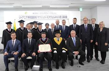 الصورة التذكارية بعد مراسم منح الدكتوراة الفخرية