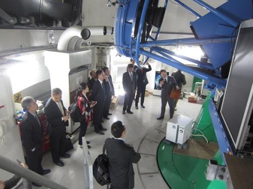 かなた望遠鏡を見学する訪問者ら