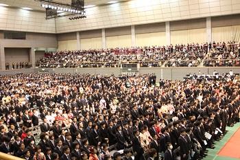 多数毕业生和家长出席典礼