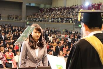 接受学位证书的毕业生代表