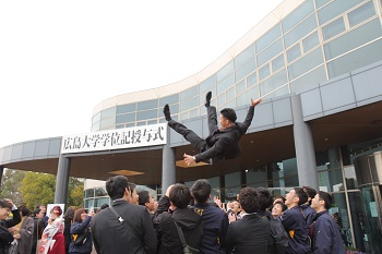 仪式结束后,到处都是抛举庆祝的毕业生