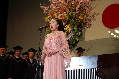 歌剧演员 中丸三千繪带来国歌独唱
