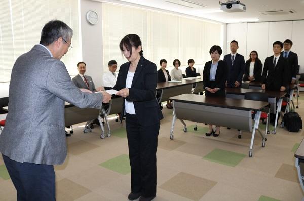 木内病院長(左端)から受講証を受け取る受講者