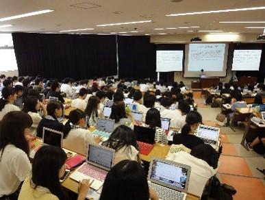 (必携パソコンを用いた学生実習の写真)