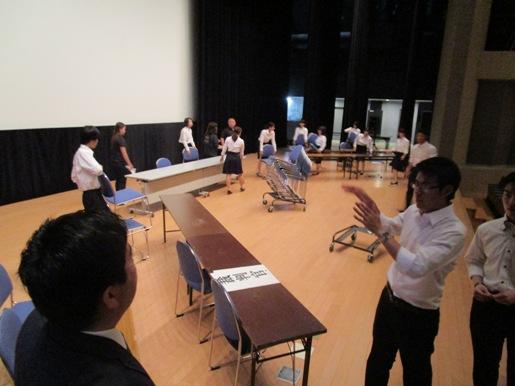 舞台の準備をする折橋ゼミの学生の皆さんの写真