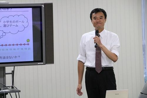 講演する岩本教授
