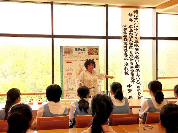 中の三弥子准教授の糖鎖模型を使ったミニ講義。