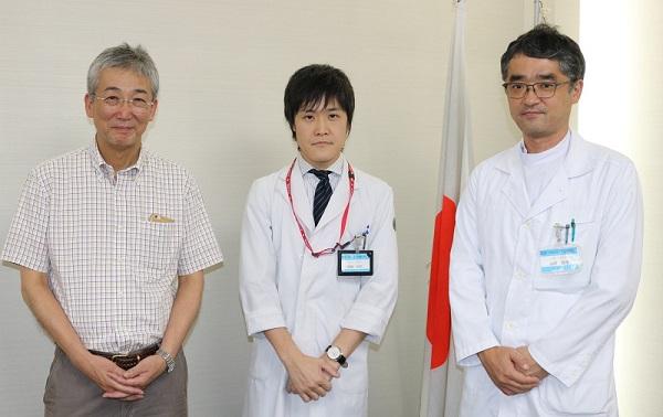 左から木内病院長、齊藤医師、山内講師