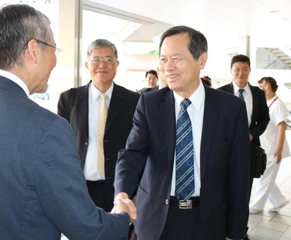 Director Yoshiaki Kiuchi(left)welcoming Superintendent Wayne Huey-Herng Sheu
