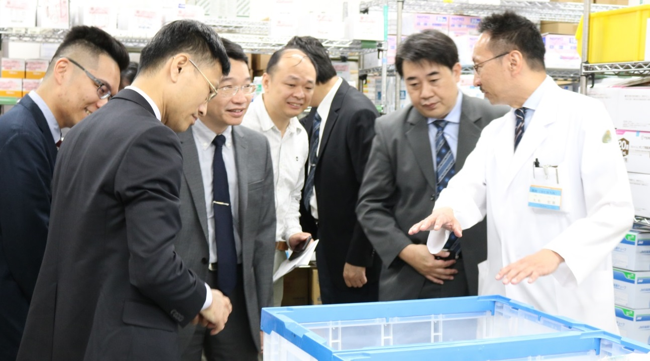 Prof. Ohge explaining Staff of Taichung Veterans General Hospital in SPD Center