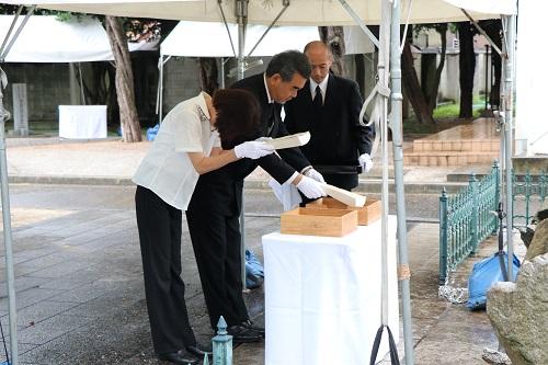 原爆死没者名簿の奉納を行う遺族代表と越智学長