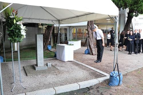 「原爆死没者遺骨埋葬の地碑」への献花