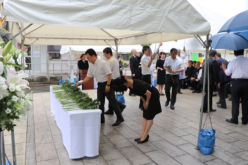 The bereaved family members of the atomic bomb victims and other participants for the service dedicating flowers