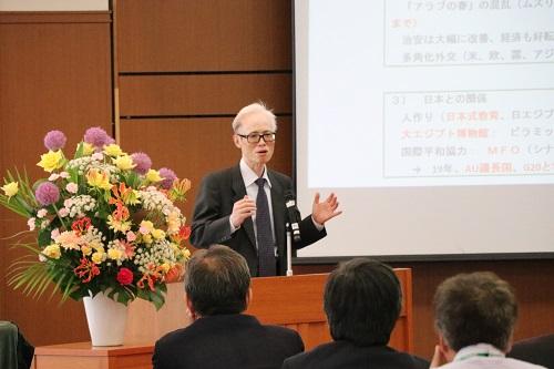 السيد معالى السفير ماساكى نوكى يلقى المحاضرة .
