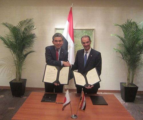 على اليسار البوفيسور ميتسو أوتشى وعلى اليمين معالى الوزير عمرو طلعت يصافح كل منهما الاخر فى مراسم توقيع المذكــرة .