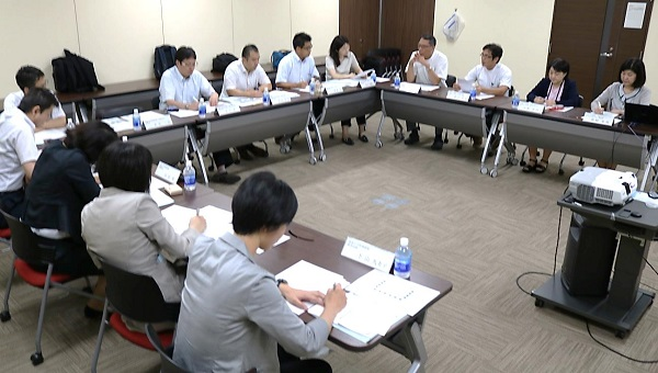 広島大学病院てんかんセンター(奥の右4人)から話を聞く筑波大学附属病院の視察団