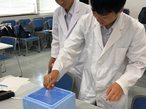 液体窒素を使った実験。うまくいくかドキドキ