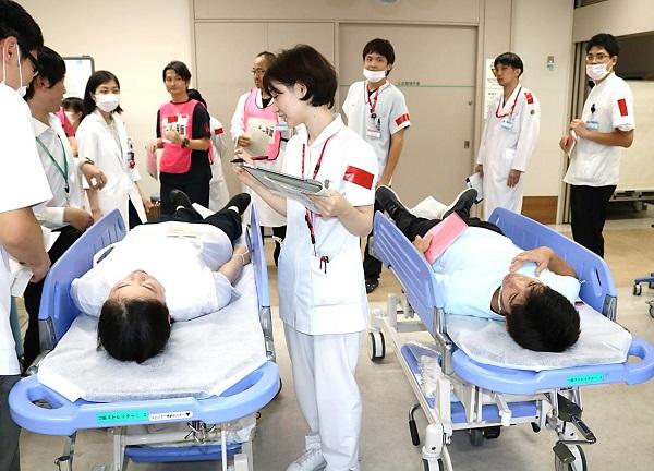 治療エリアでは医師や看護師らが対応した