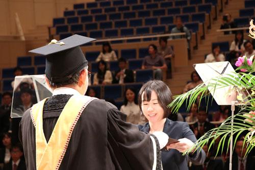 取得学位证书的毕业生代表