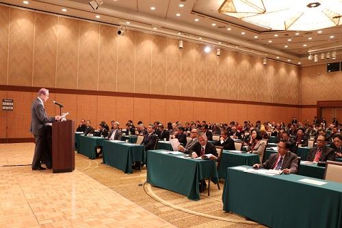 福田元総理の講演に聞き入る参加者
